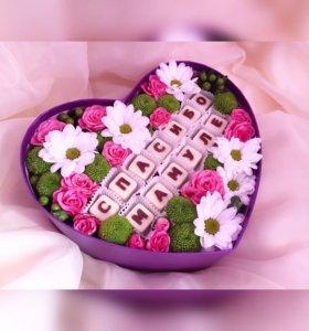Коробочка с цветами и шоколадной надписью