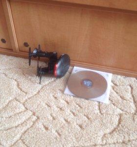 Ходячий робот и диск с игрой