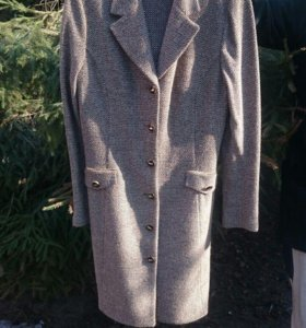 Легкое шерстяное пальто St. John.