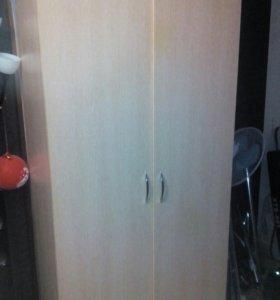Платяной шкаф и комод