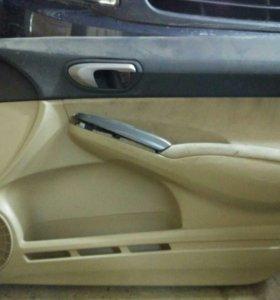 Обшивка передней правой двери хонда цивик, крыло.