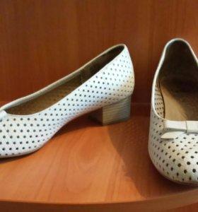Туфли белые.