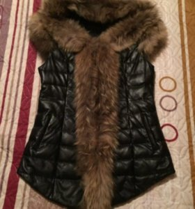 Кожаная жилетка с капюшоном, отделка мехом енота