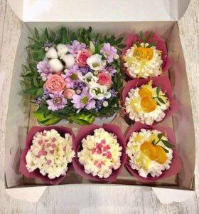 Подарочная коробочка с цветами и сладостями