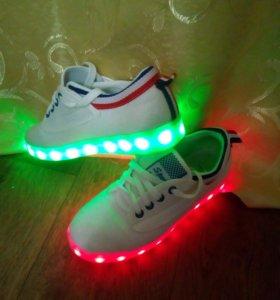 Кроссовки со светящимися подошвами