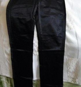 Брюки-джинсы атласные новые