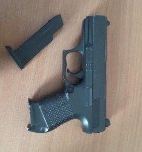 Железный игрушечный пистолет на пульках