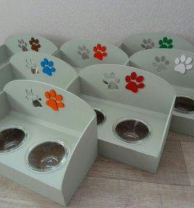 Буфет с мисками для домашних животных.