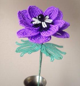Цветок сиреневой анемоны из бисера