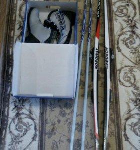 Лыжи, палки и ботинки лыжные.