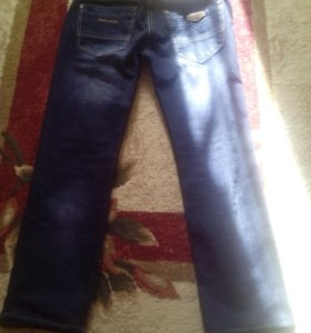 Тёмные мужские джинсы