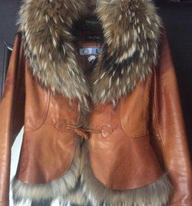 Кожаная куртка с мехом енота.