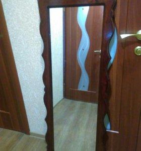 Два зеркала в деревянной раме ручной работы.