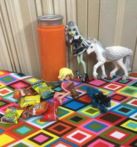 Лот из Фигурок, игрушек и конфет.