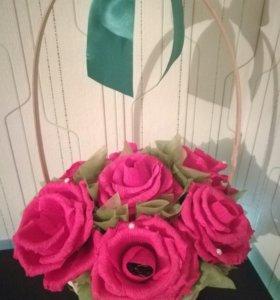 Корзина из семи красных роз с конфетами внутри
