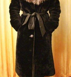 Чёрная мутоновая шуба, воротник чернобурка