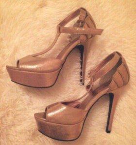 Золотые вечерние туфли босоножки в блестках