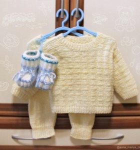 Детский вязаный костюм и пинетки