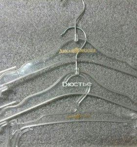 Вешалки для нижнего белья и бренды на планках