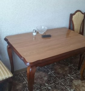Стол и три стула.