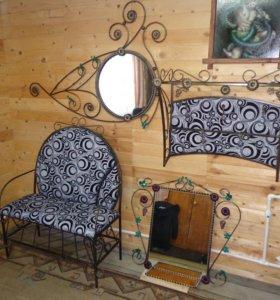 Диванчик, зеркала и вешалка