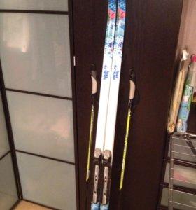 Лыжи детские 160 см. с креплением и палками.