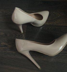 Лаковые туфли пудрового оттенка