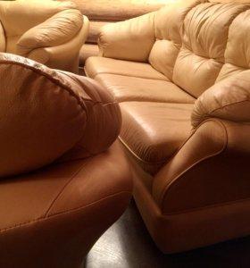 Кожаный диван и два кресла .