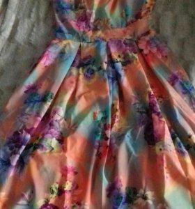 Яркое платье.