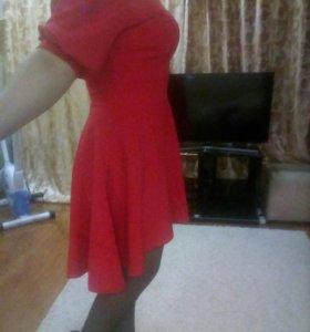 Платье,ярко розовое,имеется черный широкий пояс.