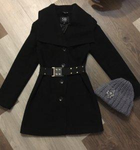 Пальто чёрное шапка серая