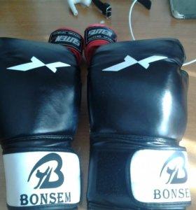 Боксерские перчатки и боксерские бинты