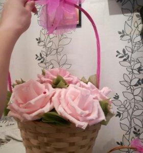 Корзина из семи роз с конфетами внутри