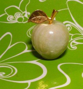 Яблоко из камня оникса