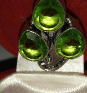 Серебряное кольцо с перидотами