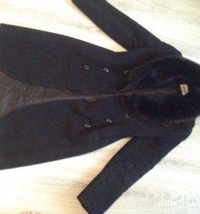 Демисезонное пальто с меховым воротником.