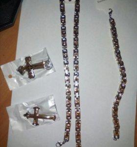 Цепи, браслеты и кресты.