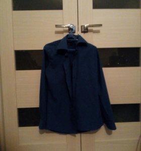 Неприталенная классическая синяя рубашка