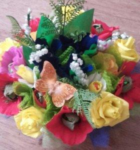 Яркий весенний букет цветов с конфетами