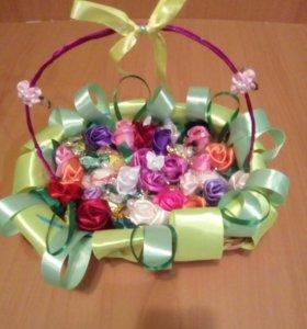 Корзинка с конфетами и розами из атласных лент