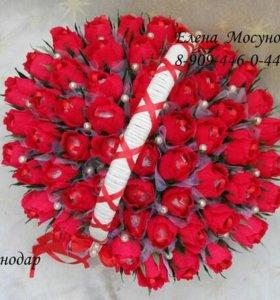Корзина с букетом роз из конфет.сладкий подарок