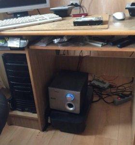 Компьютер и компьютерный стол + колонки и монитор