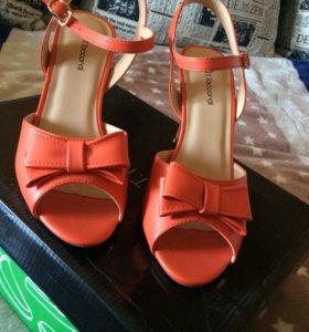 Босоножки на каблуке.