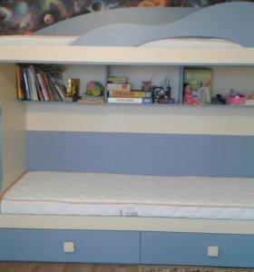 Двух'ярусная кровать с матрасами+лестница-комод.