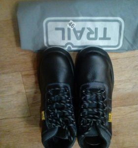 Спец обувь с металлическим носком внутри.
