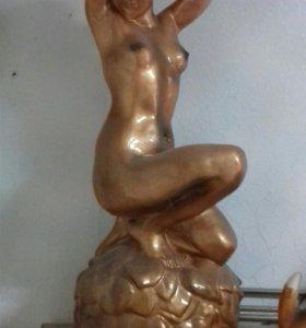 """Статуя """"Женщина у водопада"""""""