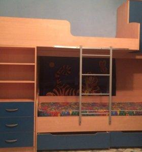 Двухэтажная кровать с матрасом,шкаф
