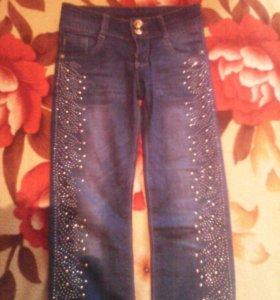 На девочку  джинсы.