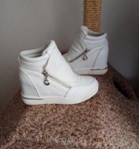 Ботинки белые на танкетке