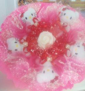 Букет из мягких игрушек Hello Kitty.